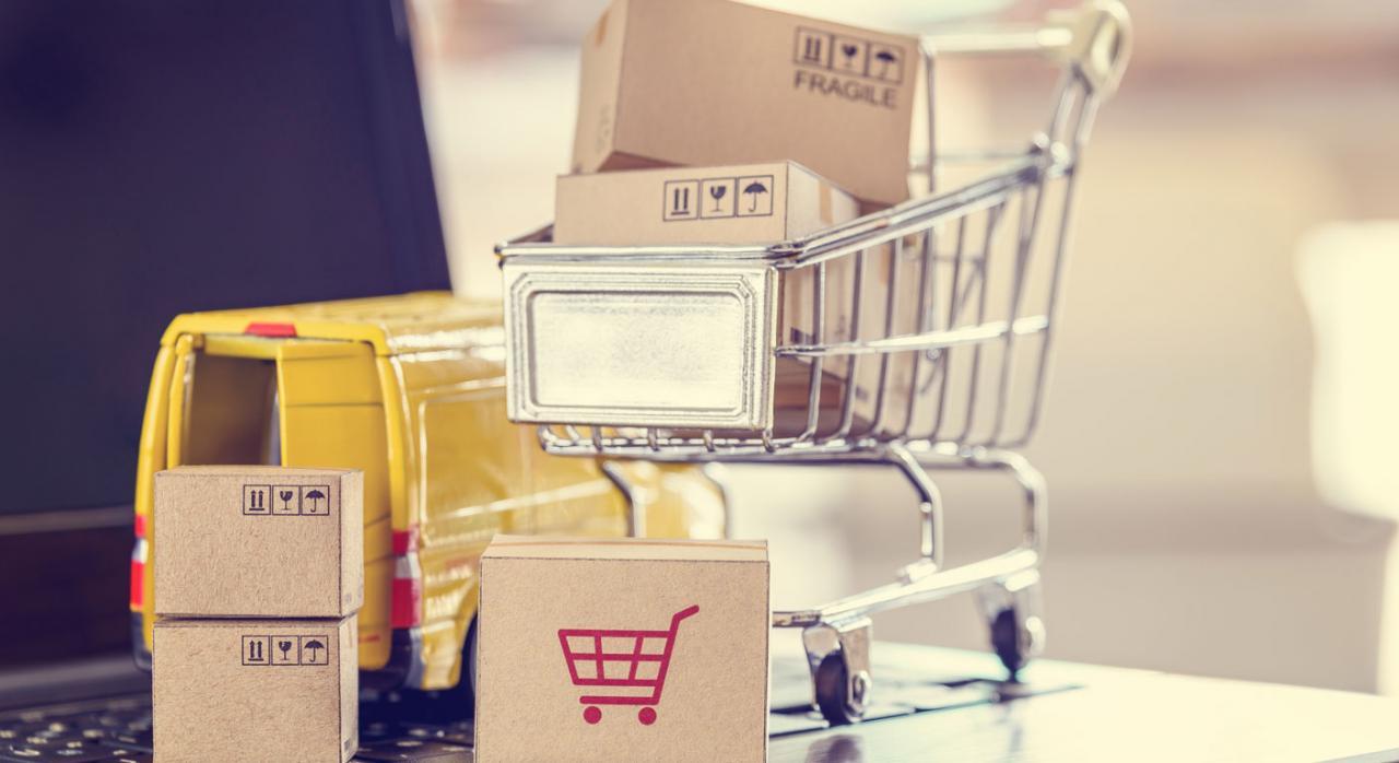Álava traspone las directivas de IVA sobre ventas a distancia y publica el plazo de la autoliquidación del IS y aprueba medidas fiscales para las cooperativas. Imagen de un carro de la compra con paquetes