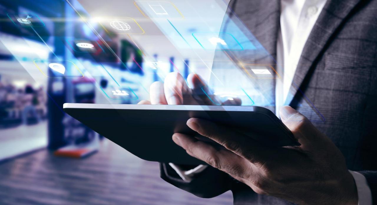 IDSD: aclaración por la DGT de diversos aspectos. Imagen de hombre consultando tableta digital