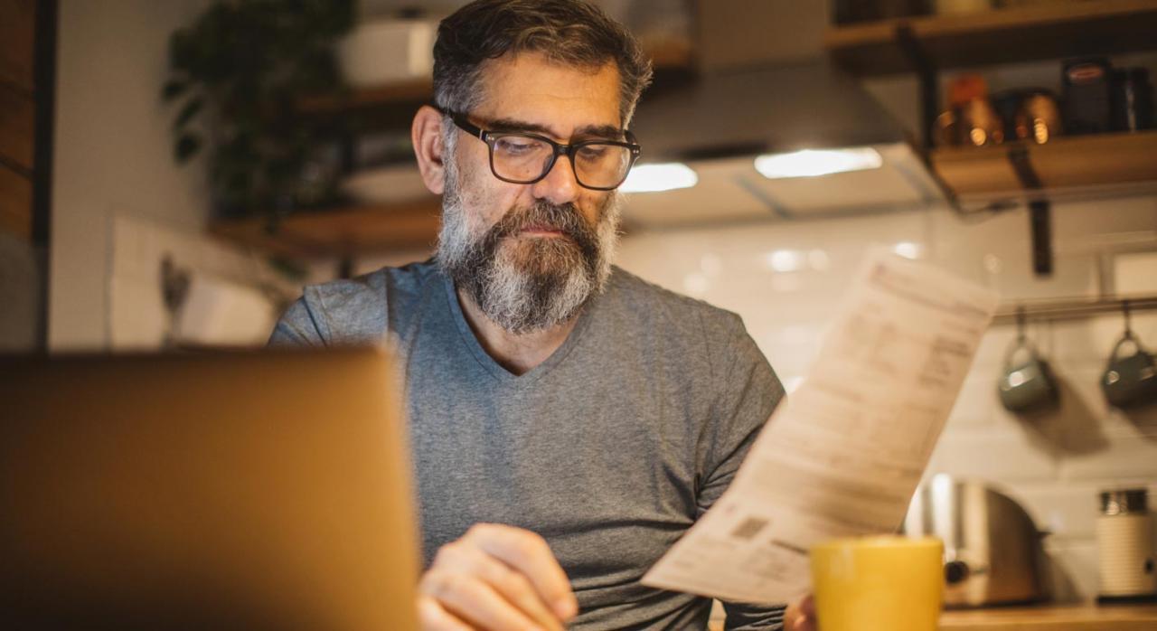 El FOMO y la presentación del IRPF. Imagen de un hombre en aislamiento teletrabajando