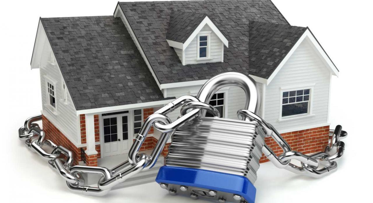 Casa rodeada de una cadena con candado. Plusvalía