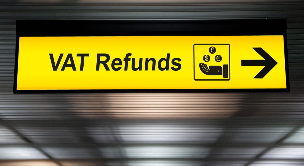 No se opone al Derecho de la UE denegar la devolución del IVA si el sujeto pasivo no aportó en plazo la información exigida para acreditar su derecho. Imagen de un cartel sobre los VAT Refunds