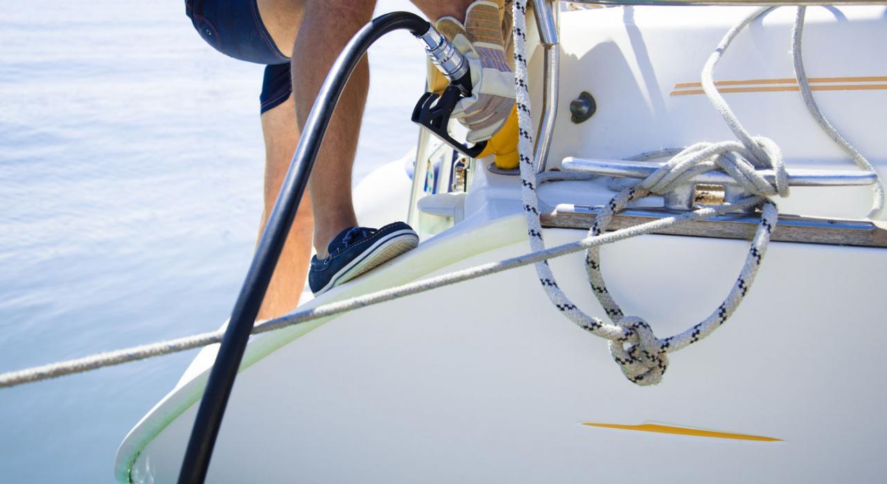 Vulnera el Derecho de la Unión Europea la exención establecida en Italia del impuesto especial al combustible de las embarcaciones privadas de recreo con independencia del modo en que dichas embarcaciones sean empleadas por los fletadores. Imagen de una persona hechando gasolina a un barco