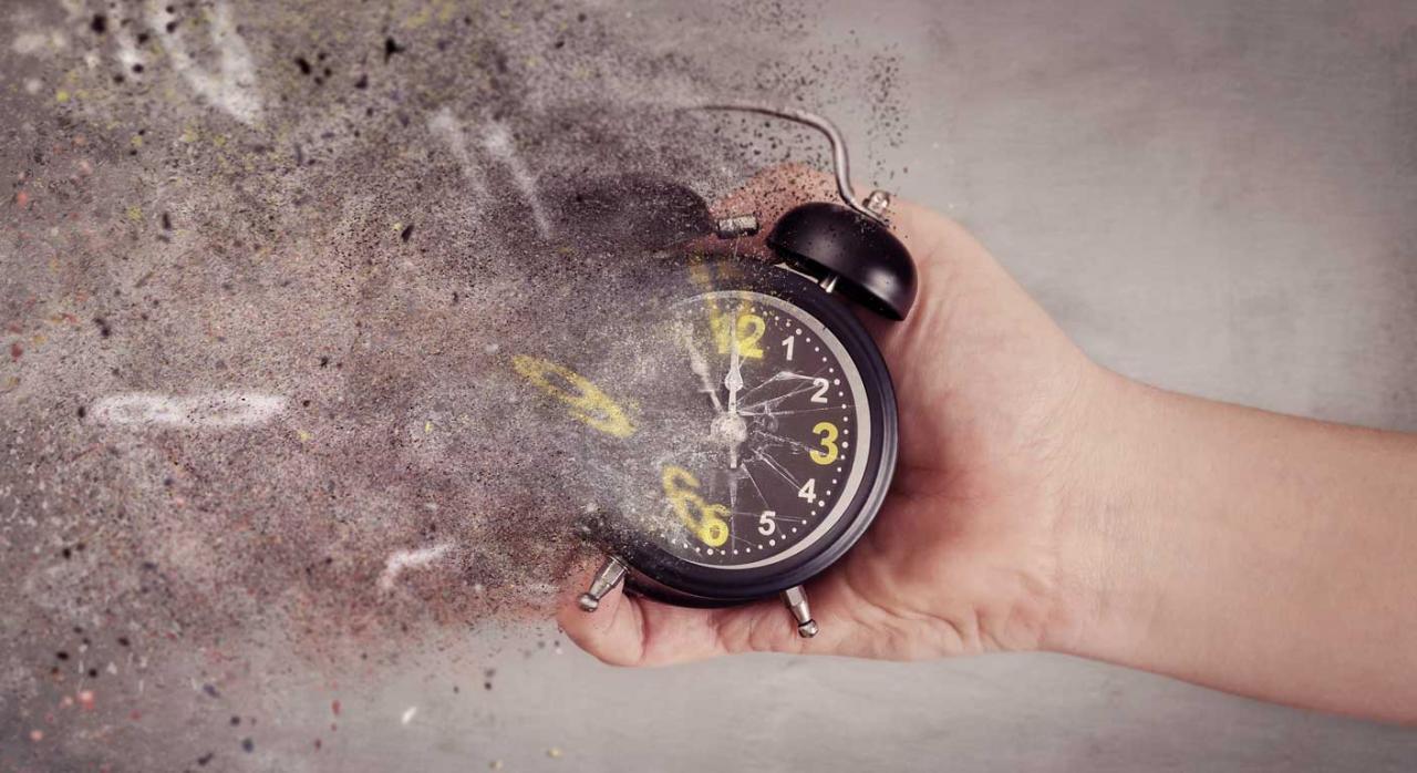 Reloj despertador en el que parecen desaparecer los números. Comprobación de ejercicios prescritos
