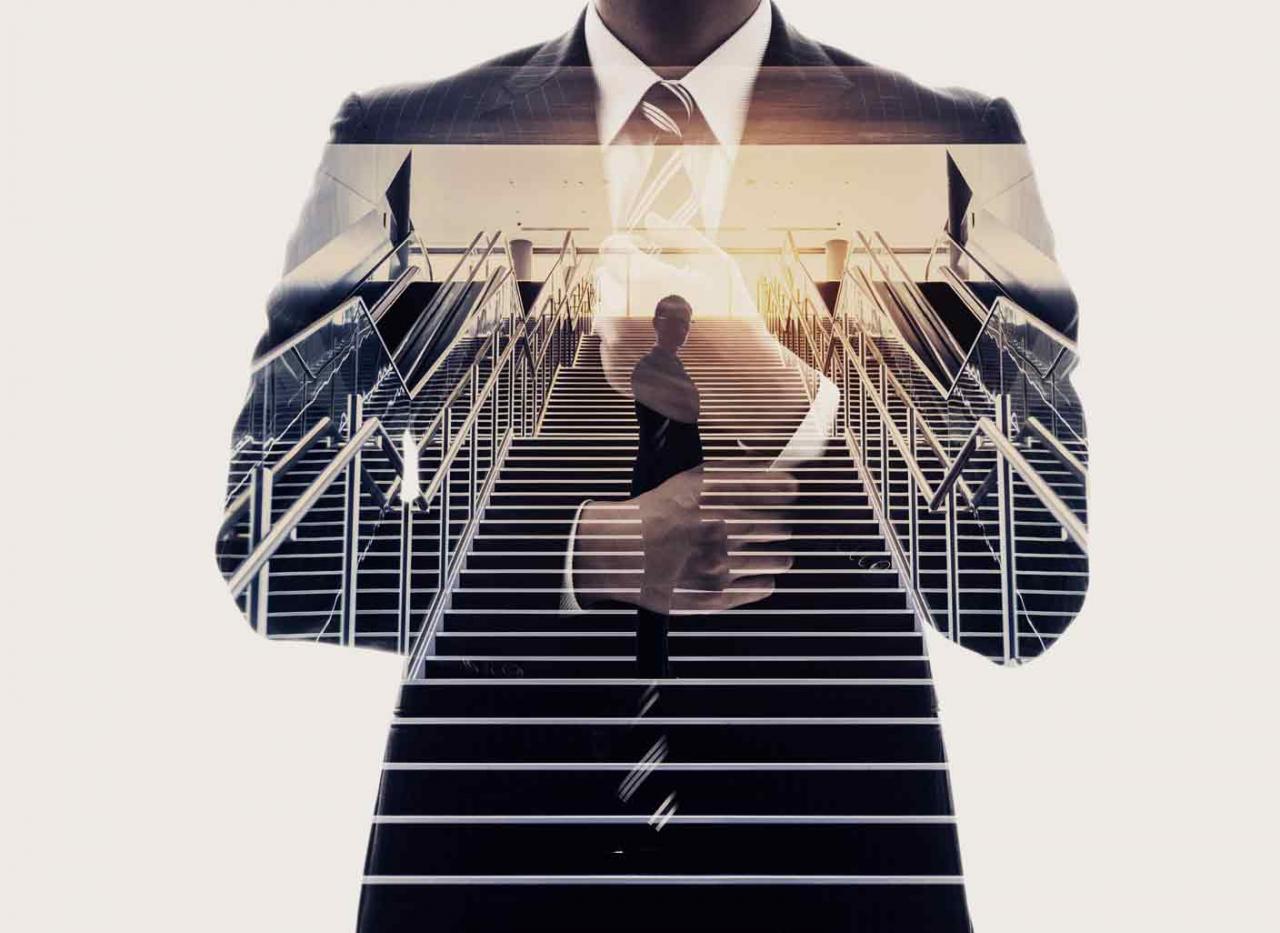 Abogado fiscalista. Imagen de un abogado bajando unas escaleras