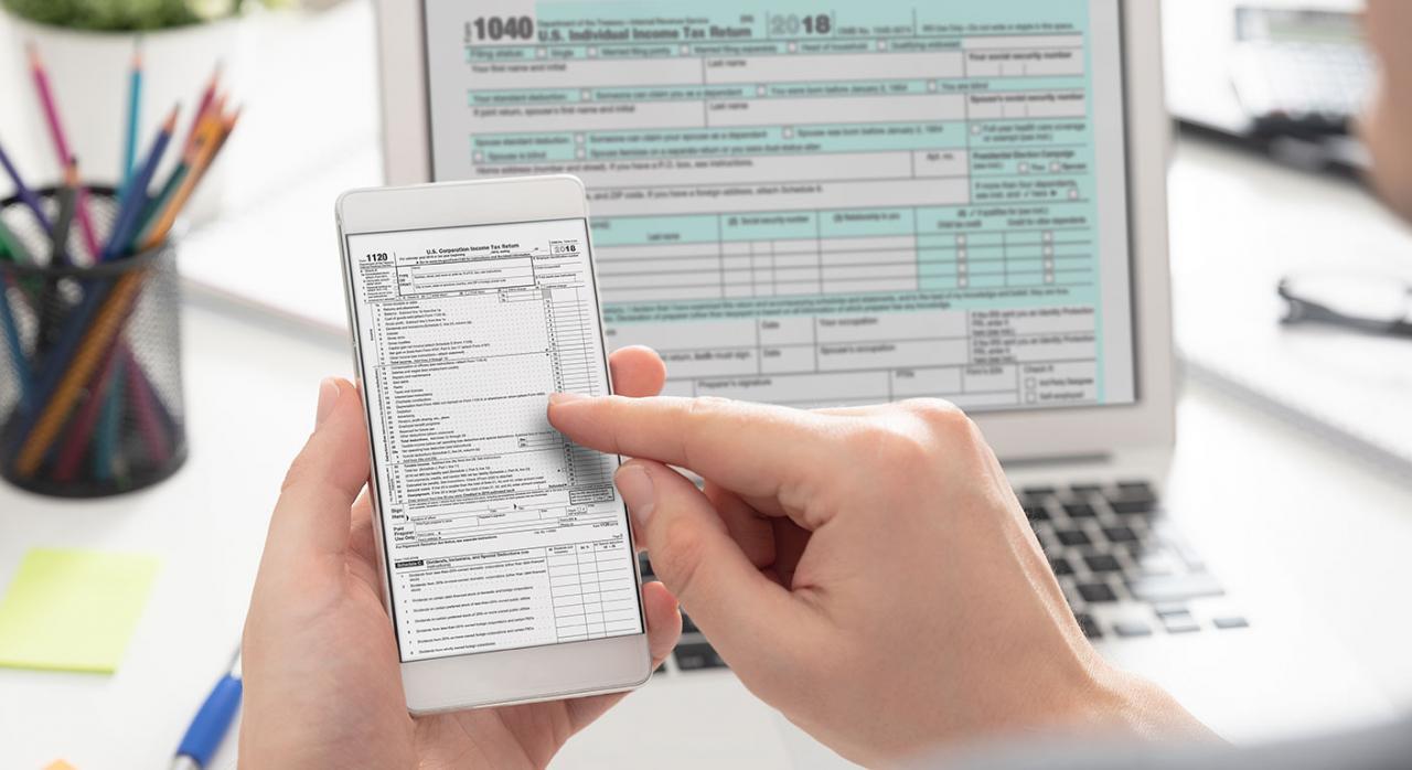 Apertura digital de la Agencia Tributaria. Imagen de una pantalla de ordenador y de un móvil