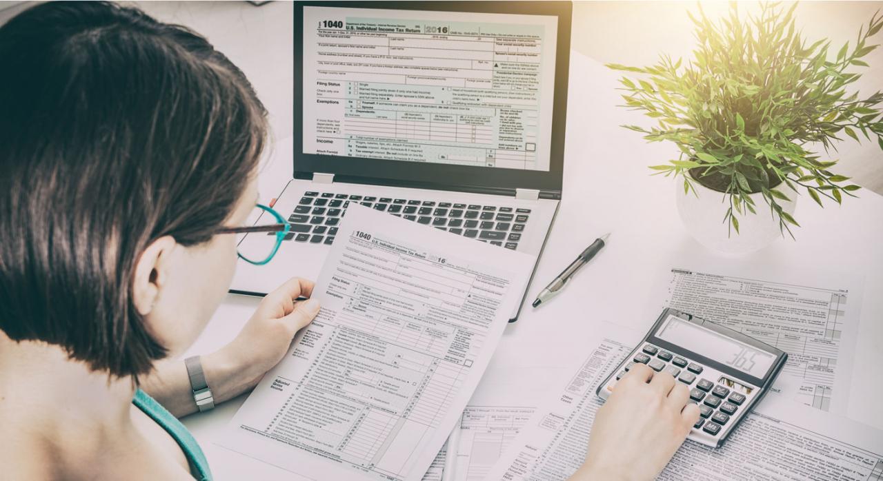 Mesa con facturas sobre el ahorro fiscal y el fraude a la Agencia Tributaria