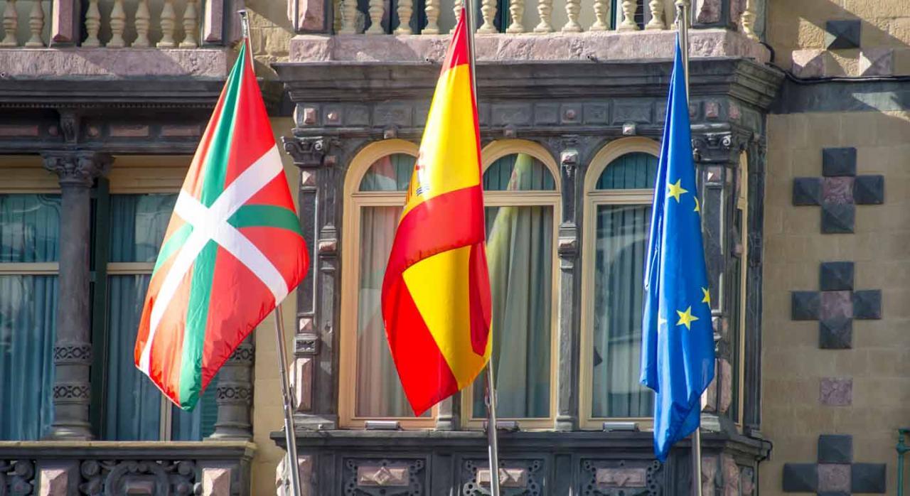 Alava modifica su normativa de IRNR, IVA e II.EE. Banderas de Euskadi, España y la Unión Europea