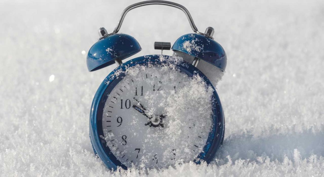 Ampliación del plazo de presentación de declaraciones. Despertador de mesilla semienterrado en la nieve