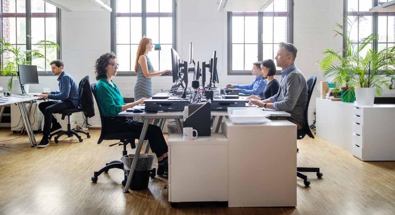 Atención presencial en las oficinas de la Agencia Tributaria. Imagen de personas que trabajan en una oficina