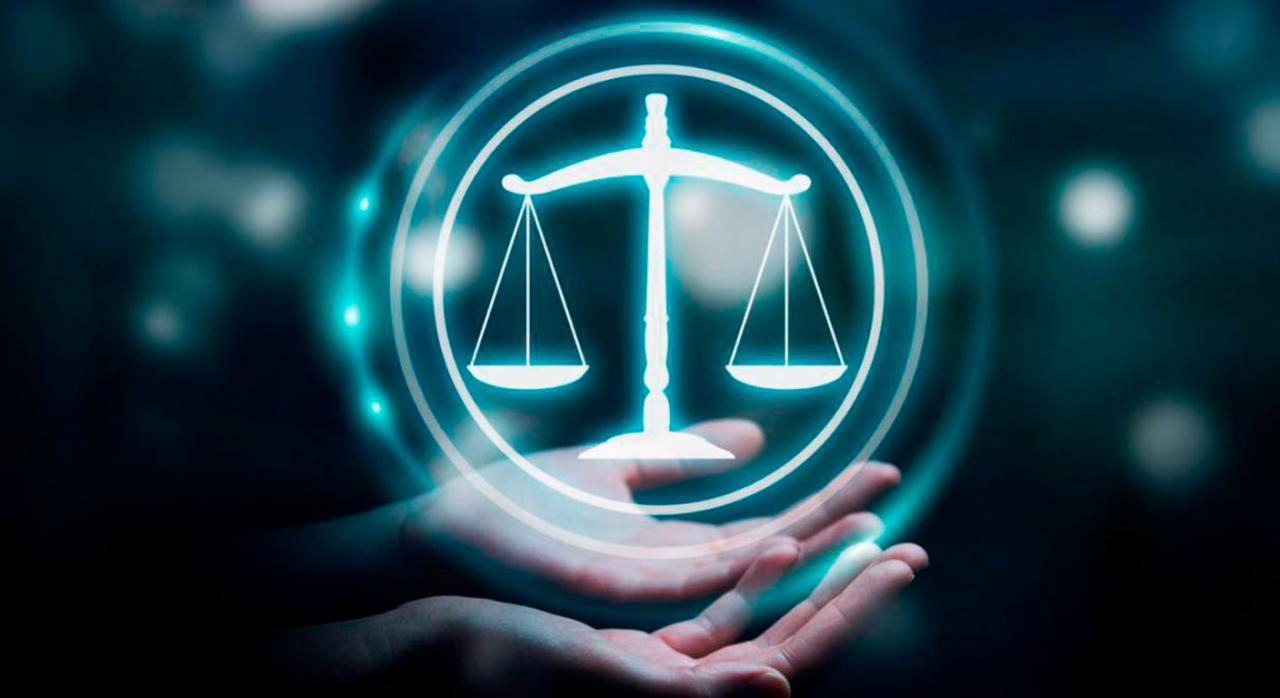 Nuevos autos y sentencias del Tribunal Supremo publicados durante la segunda quincena de julio de 2021. Imagen de una balanza sobre unas manos