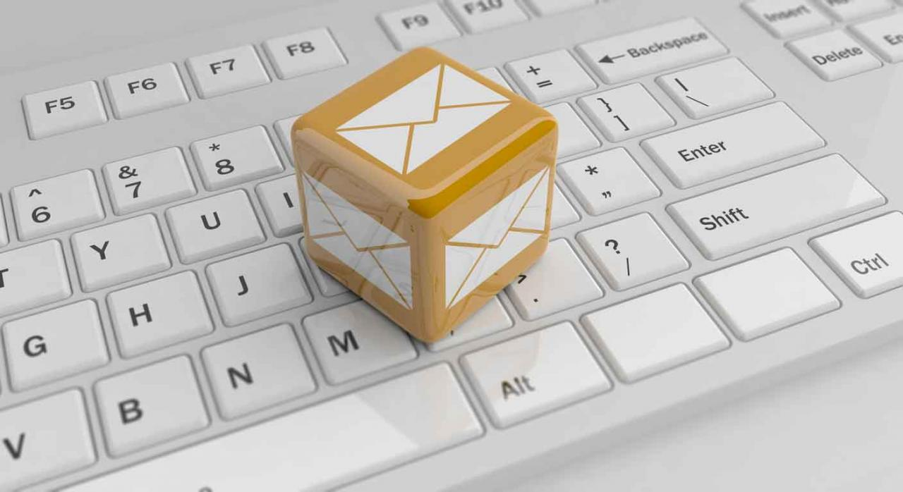 Imagen de un cubo con el símbolo de correo en un teclado. Avisos electrónicos por correos
