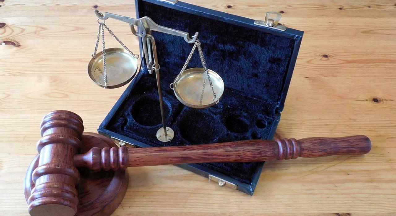 IVA hidrocarburos fraude. Balanza y un mazo de juez, símbolos de justicia