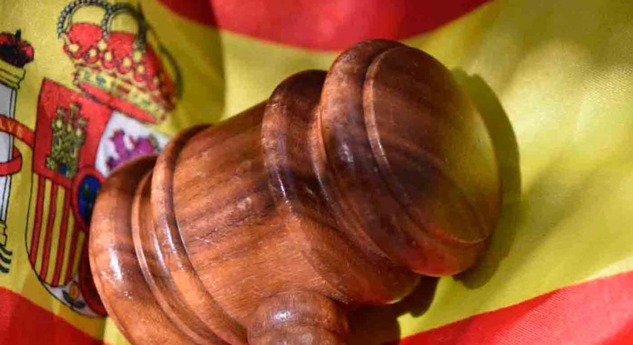 Nuevos pronunciamientos del TS publicados durante la primera quincena de abril de 2021. Imagen de un mazo sobre la bandera de España