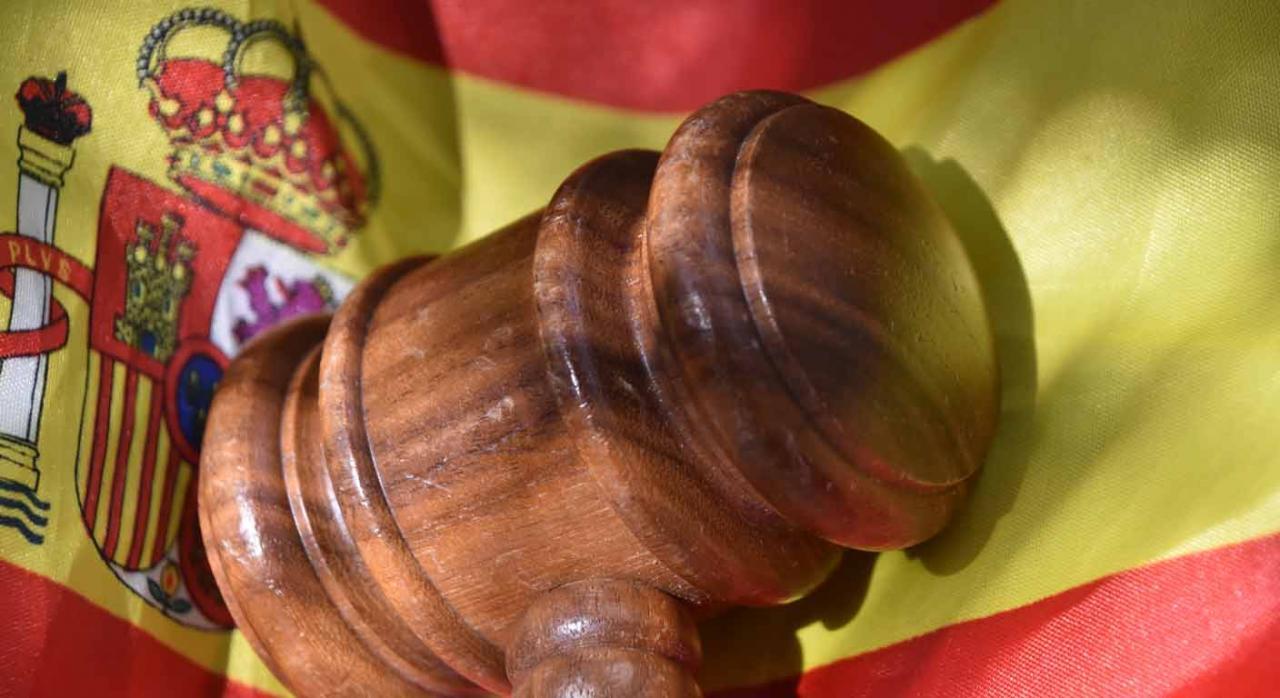 Pronunciamientos del TS publicados en la segunda quincena de julio de 2020. Imagen de mazo judicial sobre bandera de España