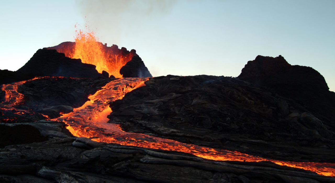 Beneficios fiscales para reparar los daños ocasionados por las erupciones volcánicas y para la reconstrucción económica y social de la isla de La Palma. Imagen de un volcán en erupción