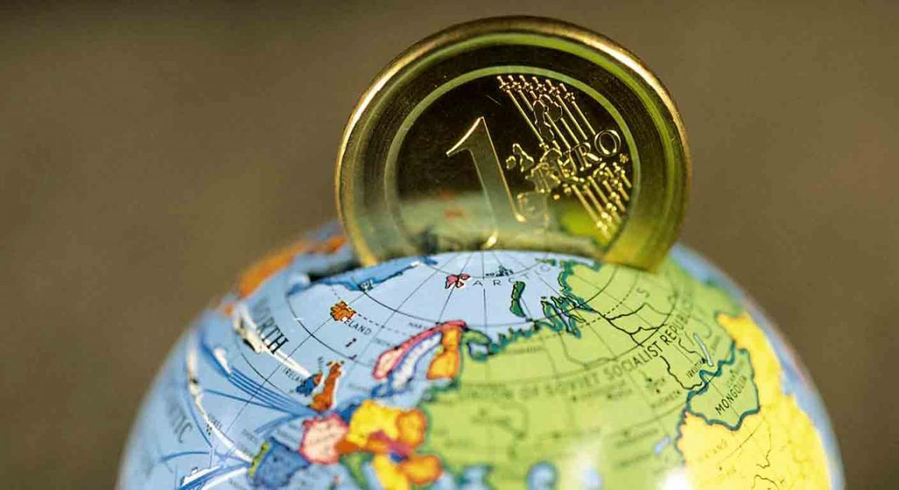 Tratado multilateral. La bola del mundo y un euro saliendo de ella