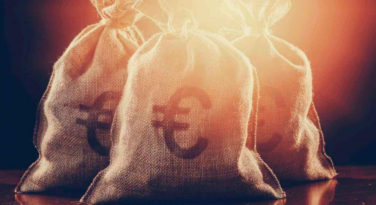 Presupuestos 2021 medidas. Imagen de bolsa de arpillera con dinero y simbolo del euro