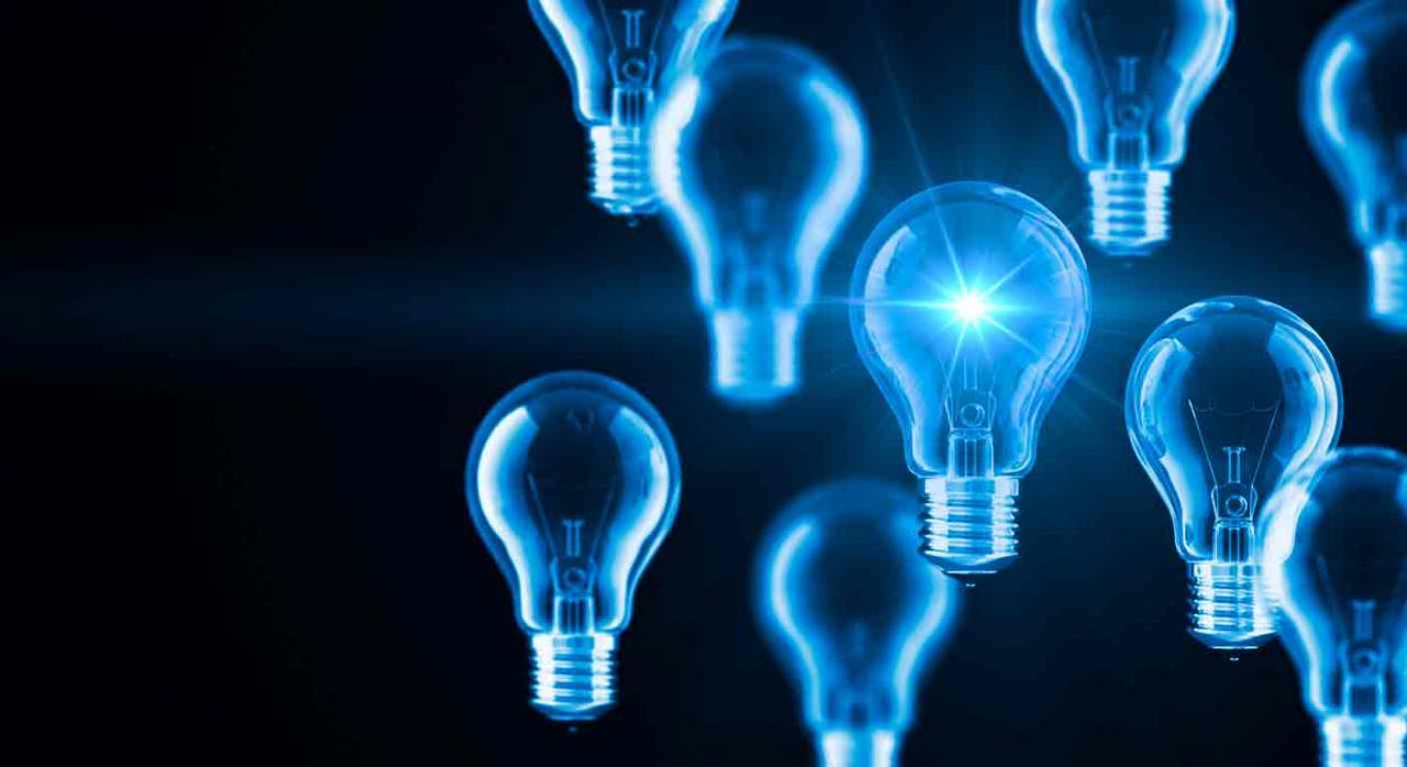 Fiscalidad energética canarias. Varias bombillas sobre fondo oscuro y una de ellas encendida