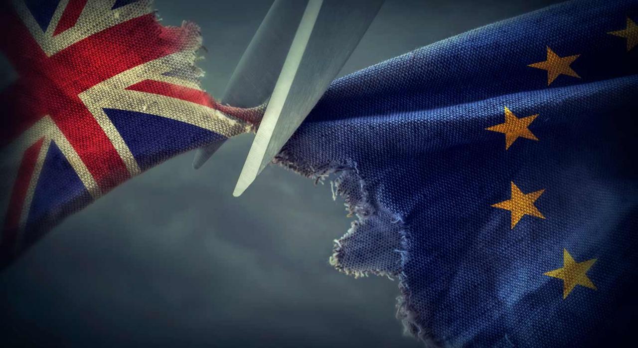 Brexit. Imagen de las banderas de Reino Unido y Unión Europea separadas por tijeras