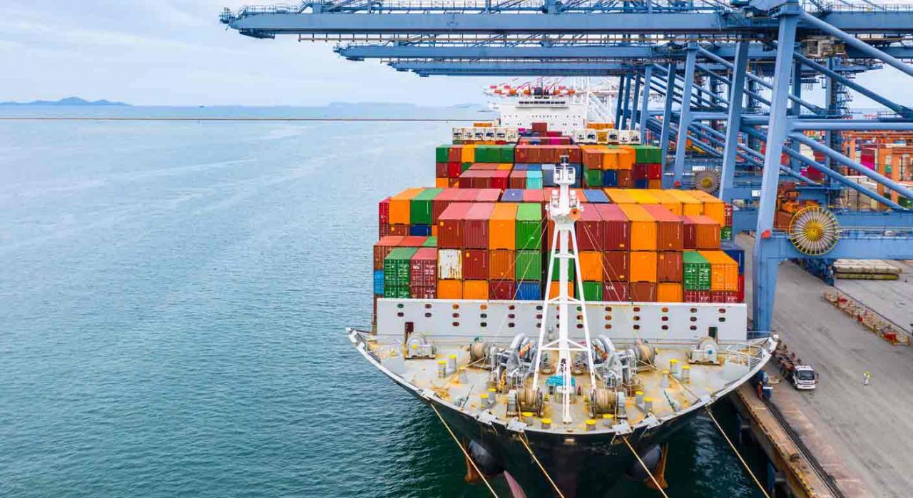 Establecimiento permanente,almacén, sociedad no residente, operador logístico. Un buque de carga en una terminal de carga
