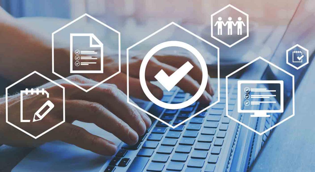FNMT: Acreditación on line certificados representante persona jurídica. Iconos de certificación de control sobre imagen de unas manos en un portatil de fondo