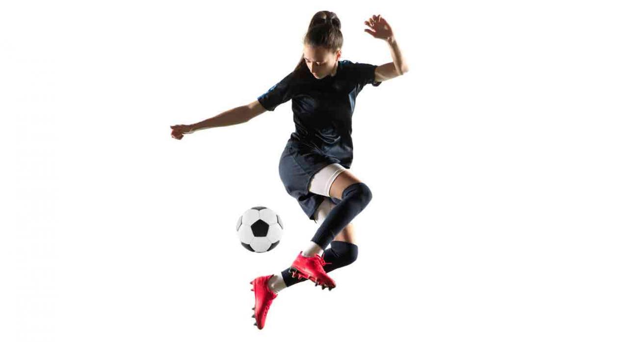 Régimen Fiscal de la «UEFA Women''s Champions League 2020». Imagen de chica jugando al fútbol
