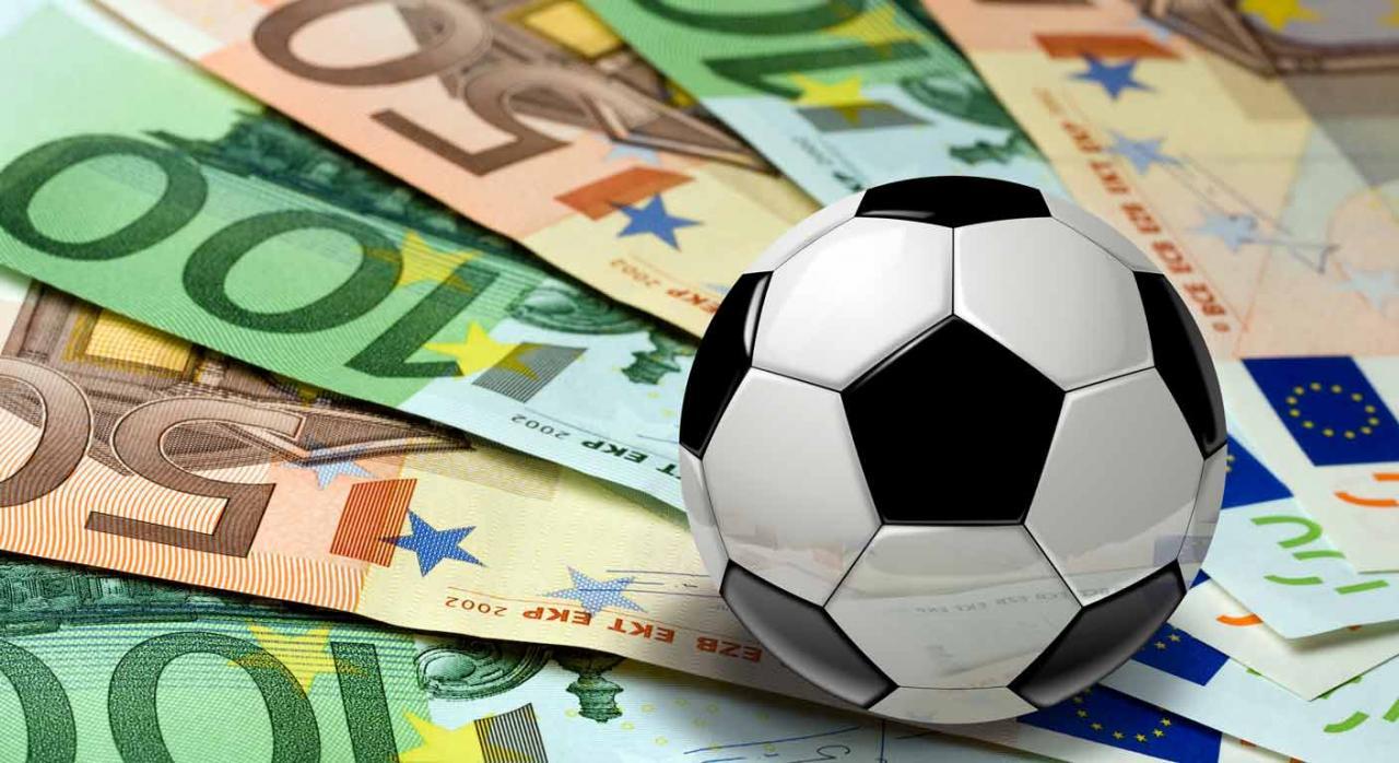 Clubes de fútbol valencianos. Balón de fútbol encima de billetes de euro