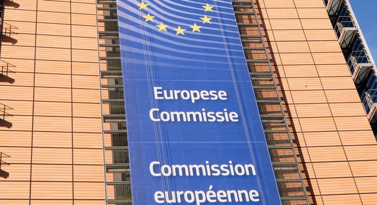 Fiscalidad empresas comisión europea. Cartel azul en la fachada de un edificio de la Comisión europea
