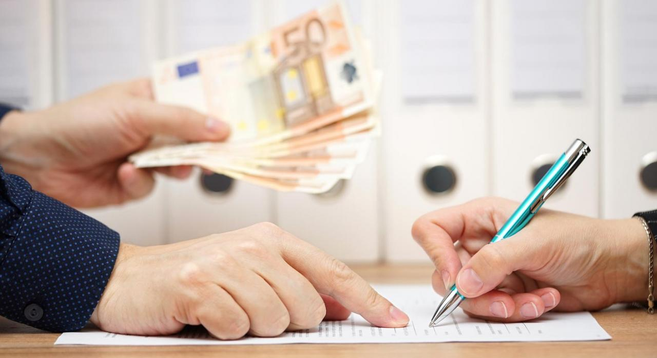 Tributación de la compensación económica por ruptura de pareja de hecho. Imagen de firma de contrato y entrega de dinero