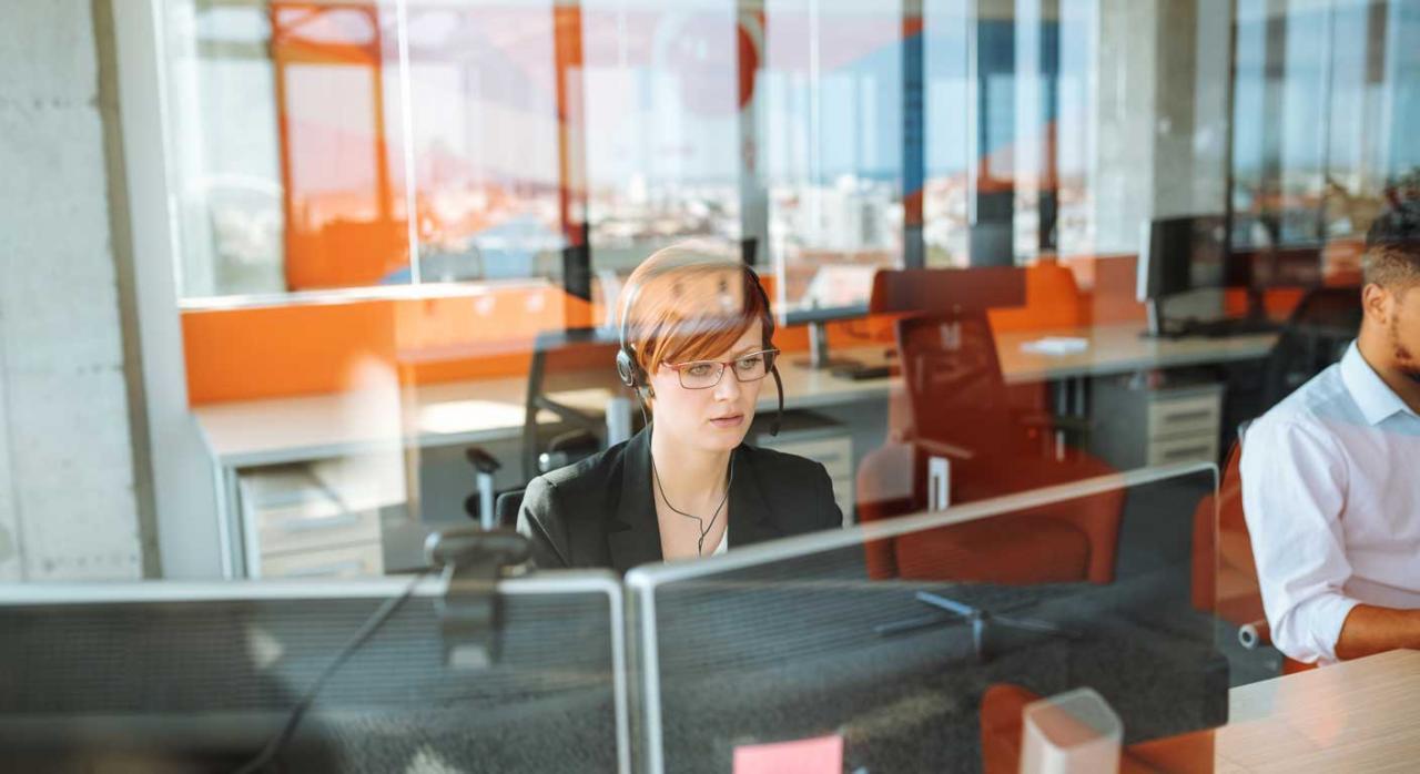 Teléfono de Información Tributaria Básica. Teleoperadora en su puesto de trabajo