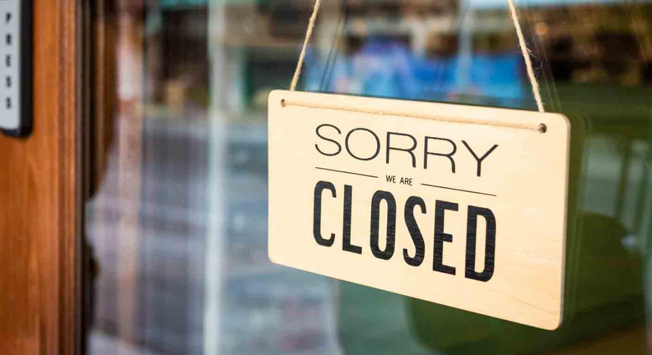 """Medidas tributarias con motivo del coronavirus para profesionales. Cartel colgado en la puerta de un negocio donde dice """"Lo siento, estamos cerrados"""""""