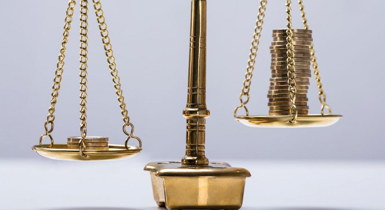 Costas procesales IRPF. Imagen de equilibrio entre monedas en una balanza