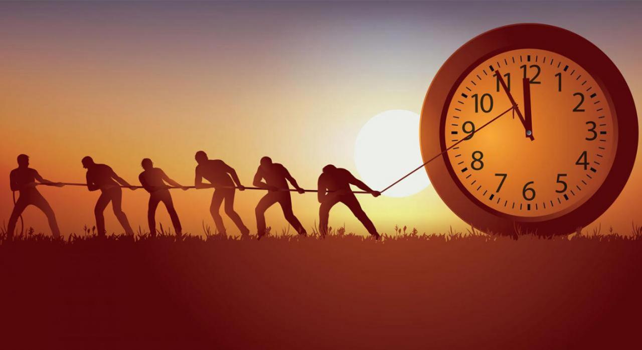 Castilla-La Mancha establece nuevas medidas de aplazamiento por el Covid-19. Imagen de varias personas tirando de un reloj grande con una cuerda
