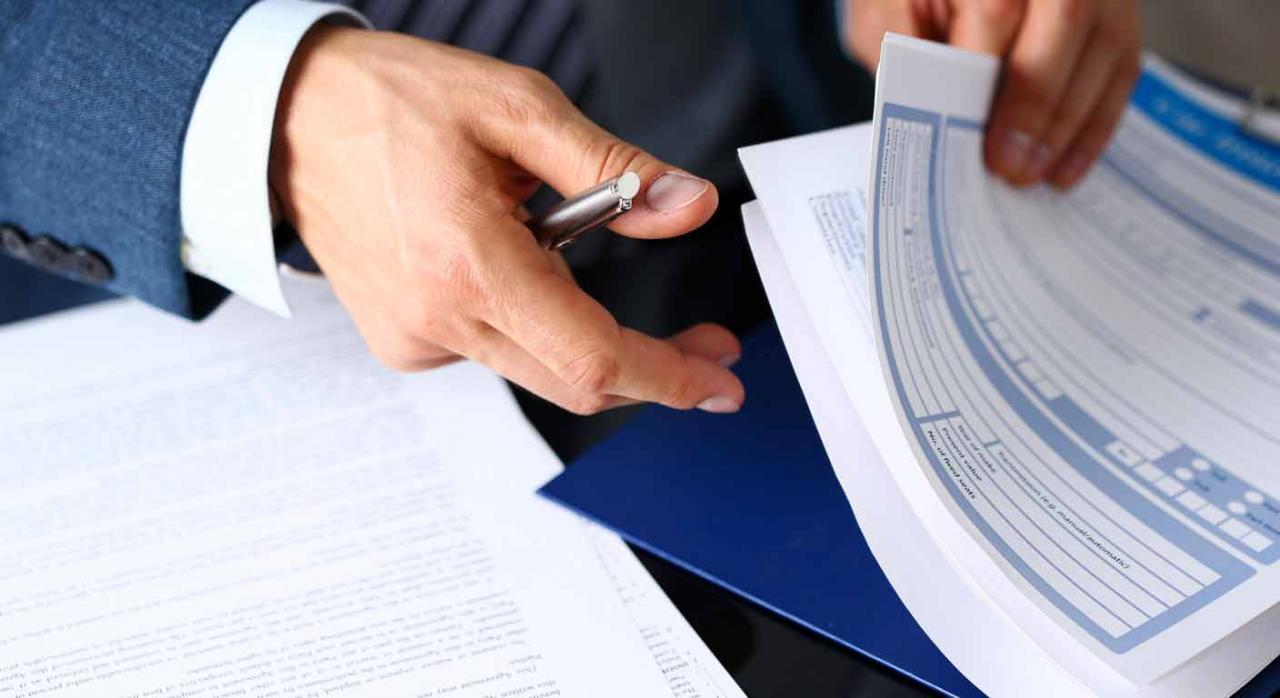 Proyecto de Orden de modificación de los modelos. Imagen de la mano de un señor con papeles