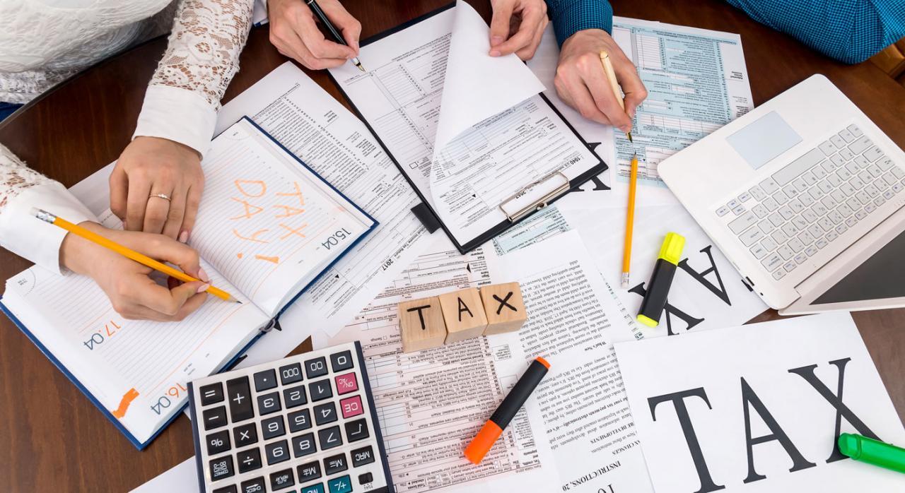 Declaraciones informativas. Imagen de papeles sobre la mesa