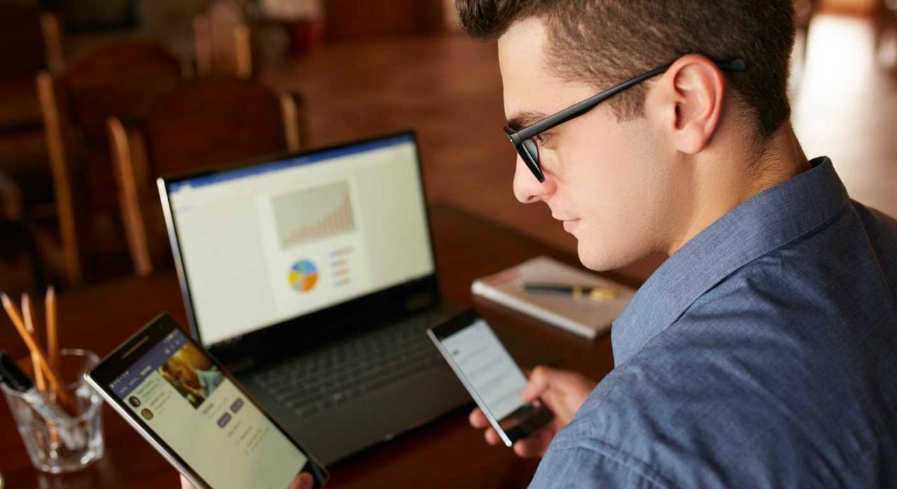 Decreto Foral 4/2020 de Alava. Hombre mirando varios dispositivos electrónicos