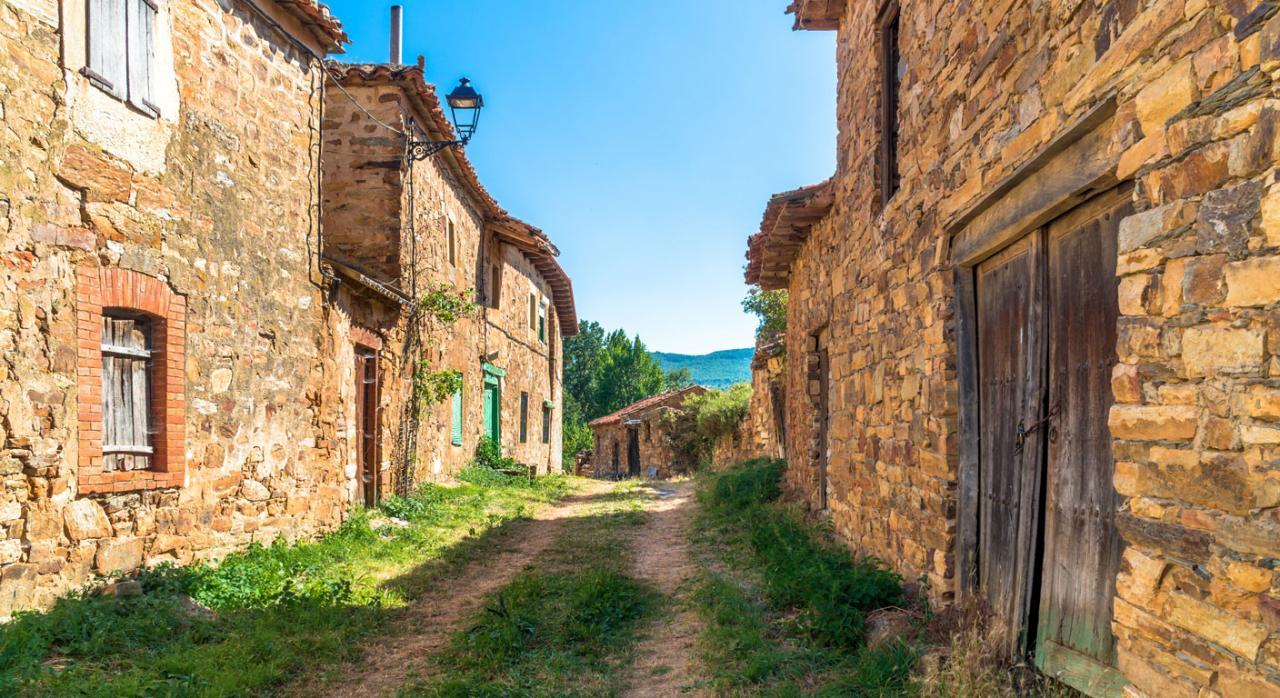 Deducciones y bonificaciones en Castilla-La Mancha para frenar la despoblación. Imagen de un pueblo despoblado