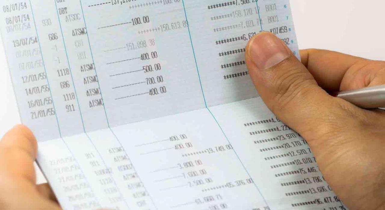 Domiciliación bancaria en Bizkaia. Manos sujetando una libreta de ahorros