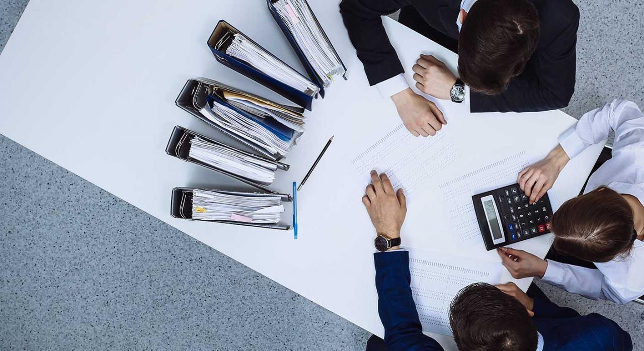 Entrada domicilio inspección. Imagen de gente de negocios en la reunión