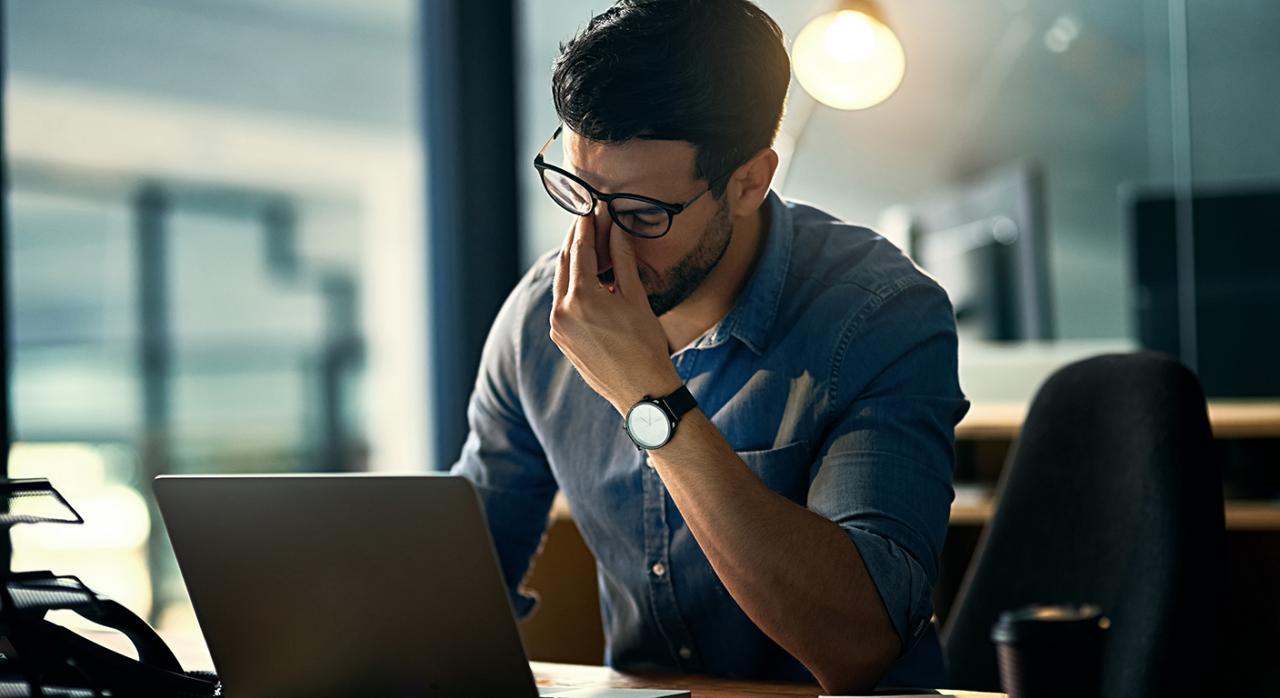 Error informático, contabilidad, culpabilidad. Imagen de un hombre con un ordenador