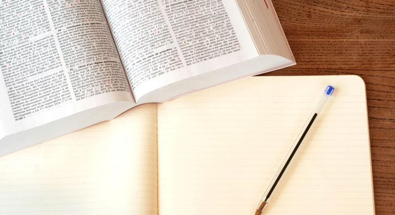 Examen acceso abogacía. Imagen libro abierto y bolígrafo