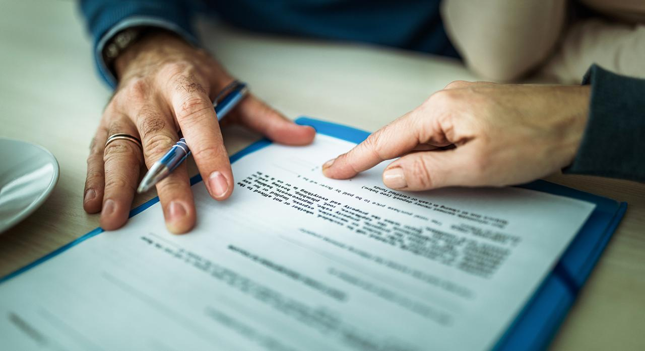 Exención AJD. Imagen de manos firmando un documento
