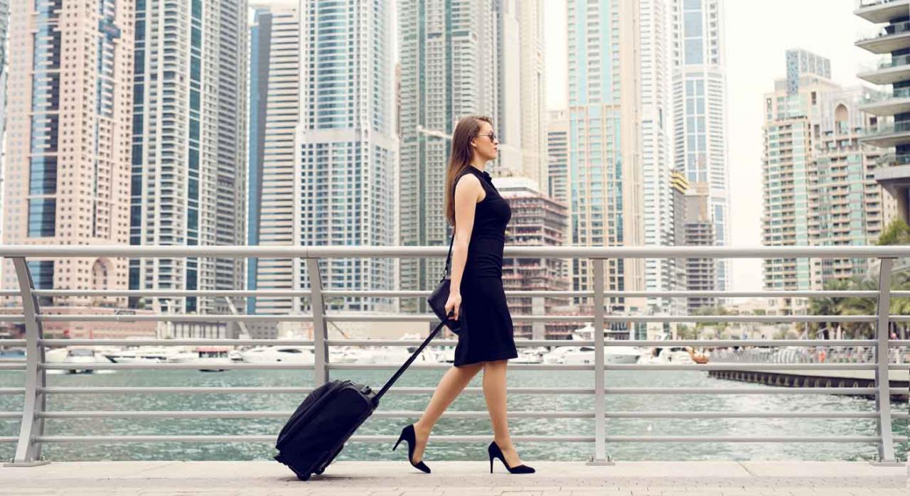 Ejecutiva andando por una gran ciudad del extranjero
