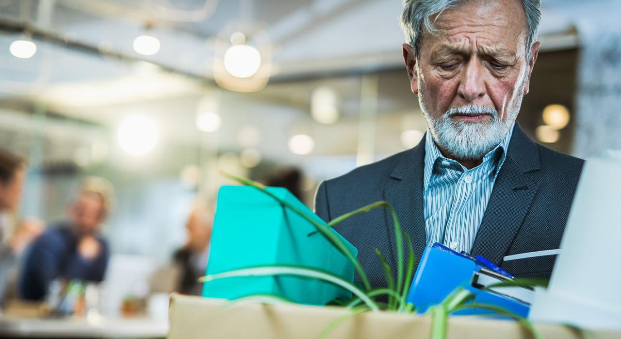 Exención indemnización por despido. Imagen de un empresario jubilado saliendo de la oficina con sus pertenencias