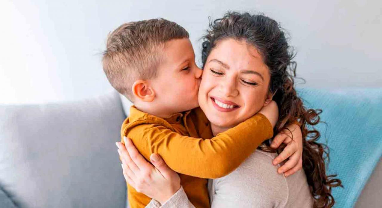 Tribunal Supremo, extensión de efectos, solicitud a Hacienda. Un niño abrazando y dando un beso madre