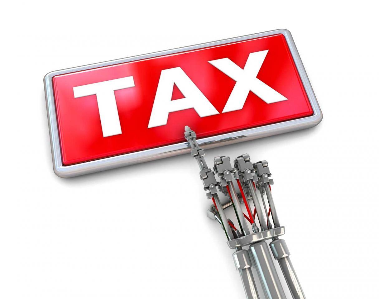 La agenda de la fiscalidad digital y los robots. Imagen de la mano de un robot señalando la palabra TAX