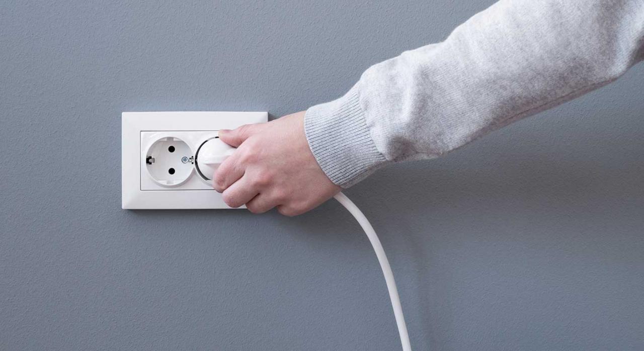 Fiscalidad energética. Imagen de una mano con un enchufe