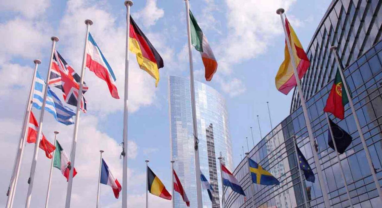 Tramitación de los formularios de residencia fiscal de los distintos países. Imagen de banderas de la UE