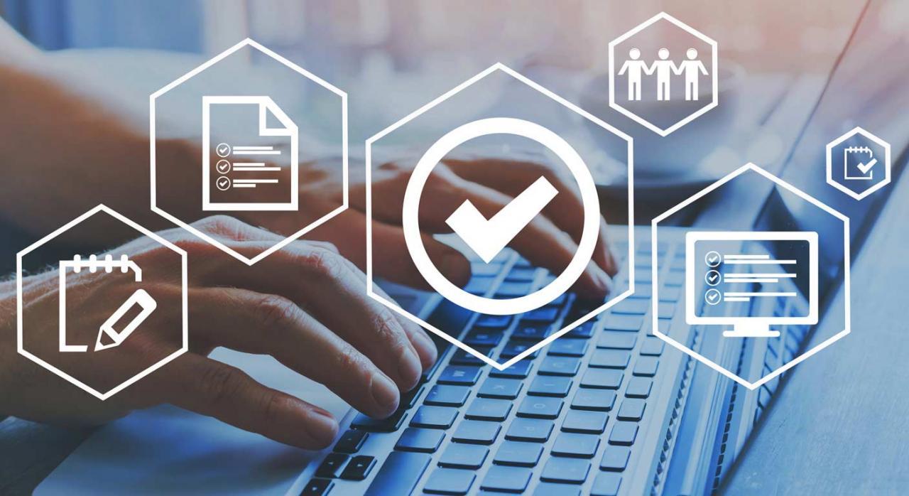 Gipuzkoa modifica sus los reglamentos de desarrollo de la Norma Foral General Tributaria. Imagen de manos sobre un teclado y figuras superpuestas de control de calidad y comprobación