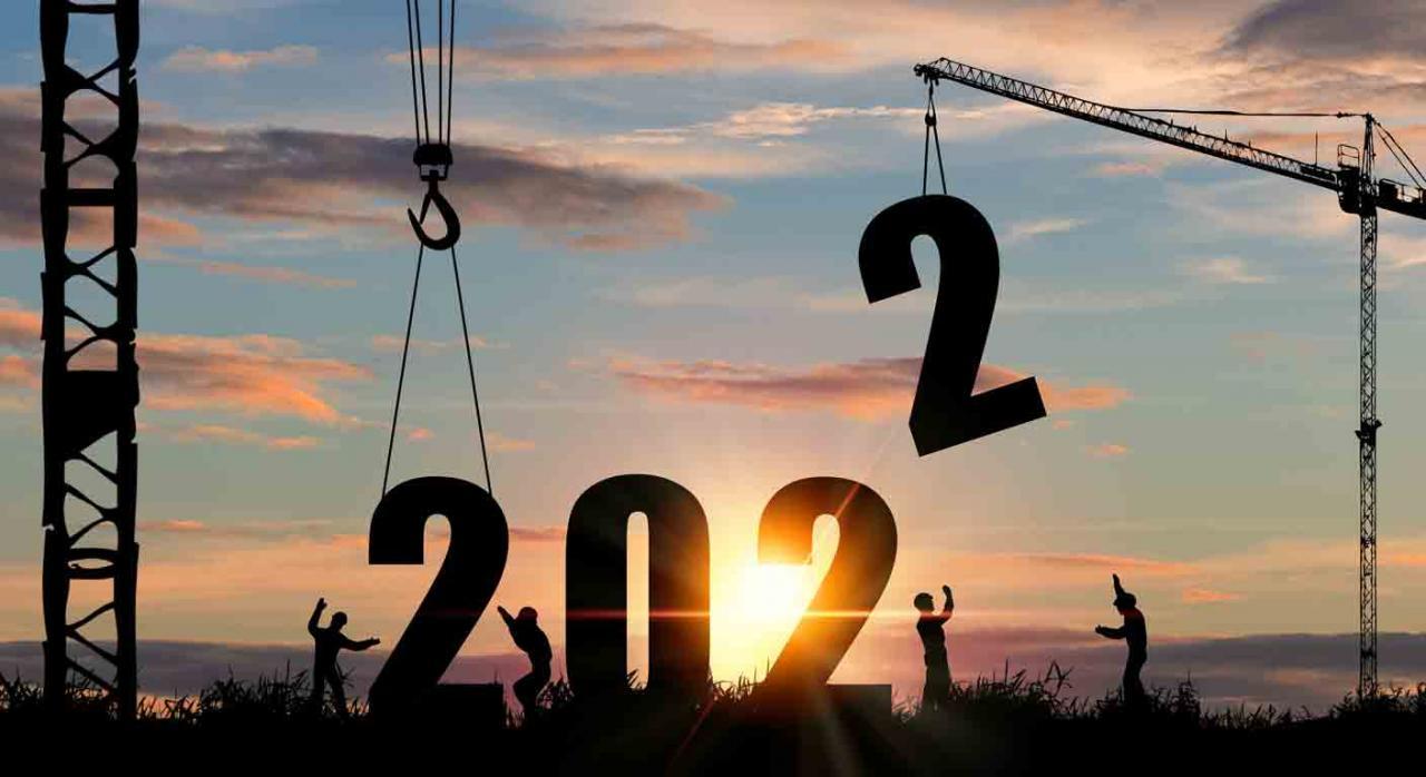 Proyecto presupuestos 2022 . Imagen de dos grúas descargando los número 2022 en el medio del campo